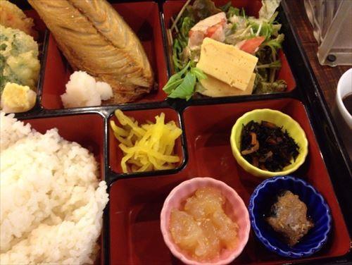 日替わりランチの天ぷらとサバ開き干し