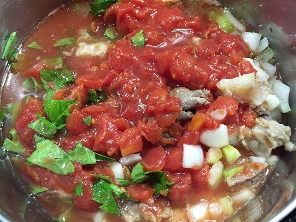 トマト缶とセロリの葉を加える